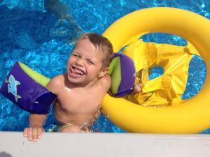Henry in pool 2014